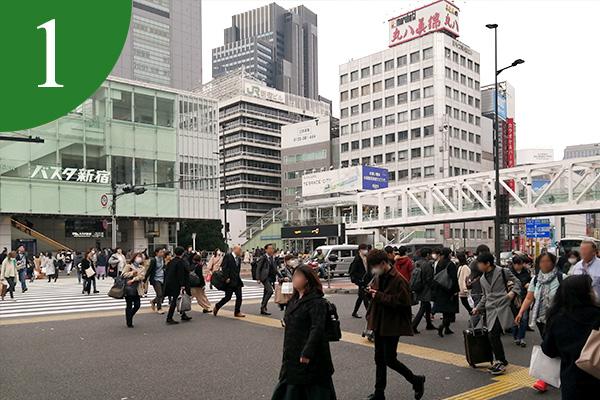 新宿駅南口を出ると甲州街道方面へ