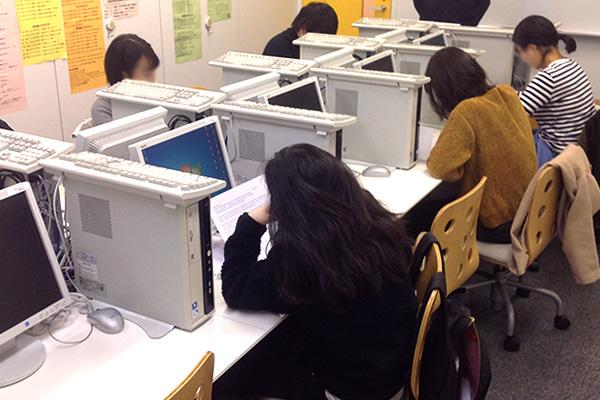 試験会場と同じ緊張感を再現した教室